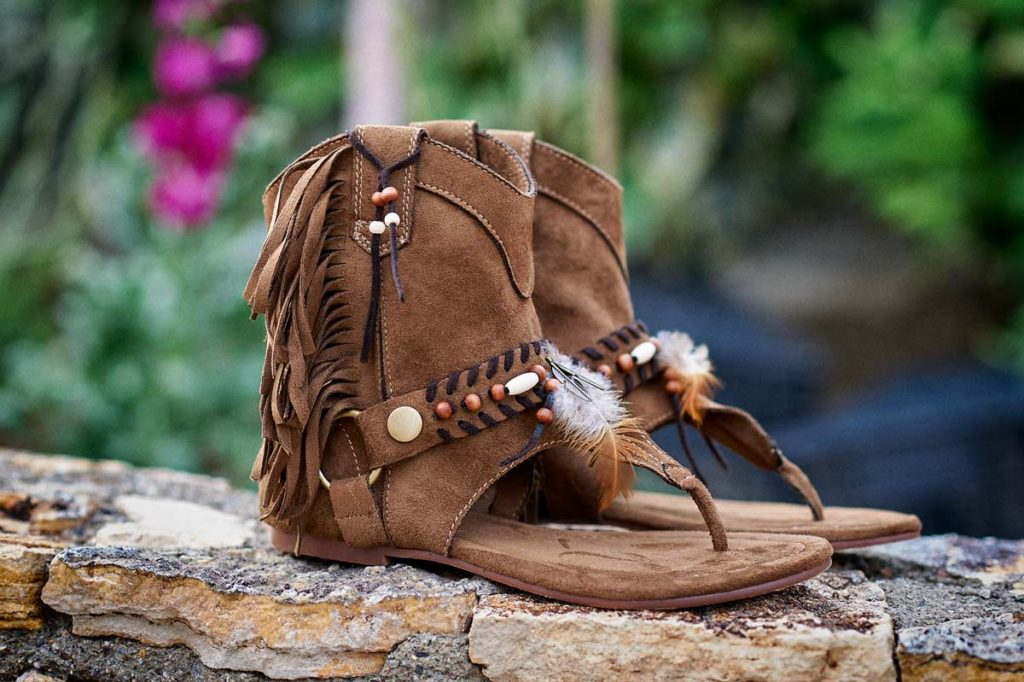 Sandalias boho chic marrón flecos